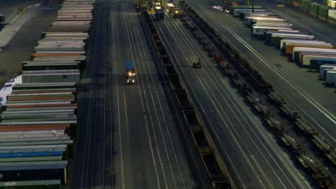 vidéos et rushes de photo aérienne de gare de marchandises de los angeles - décharger