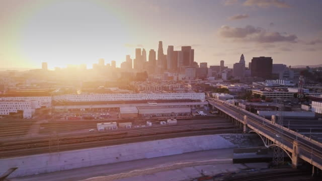 vidéos et rushes de aerial shot of los angeles river and arts district - comté de los angeles