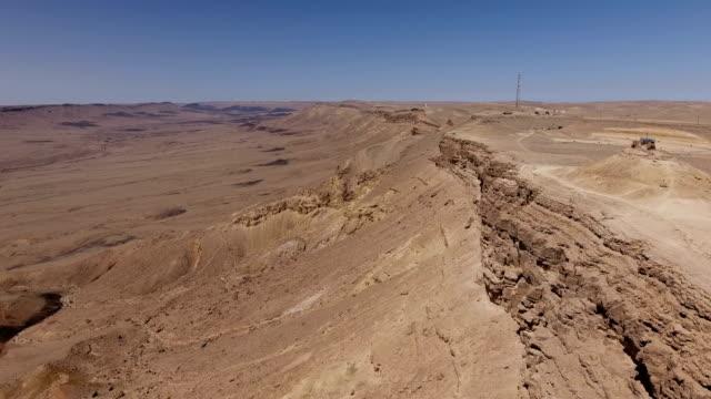aerial shot of makhtesh ramon, a desert crater - krater stock-videos und b-roll-filmmaterial