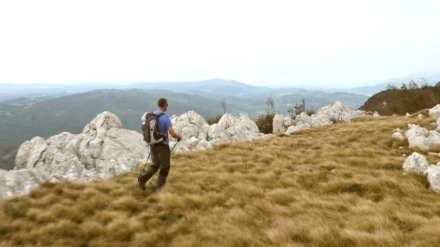 Luftaufnahme eines Mannes Wandern auf dem Berg.