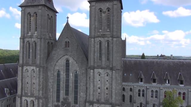 aerial shot of maredsous abbey - 50 sekunder eller längre bildbanksvideor och videomaterial från bakom kulisserna