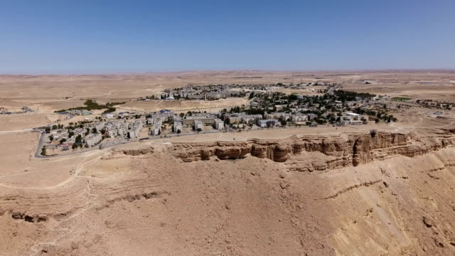 stockvideo's en b-roll-footage met aerial shot of mitzpe ramon, a city on the edge of makhtesh ramon - midden oosten