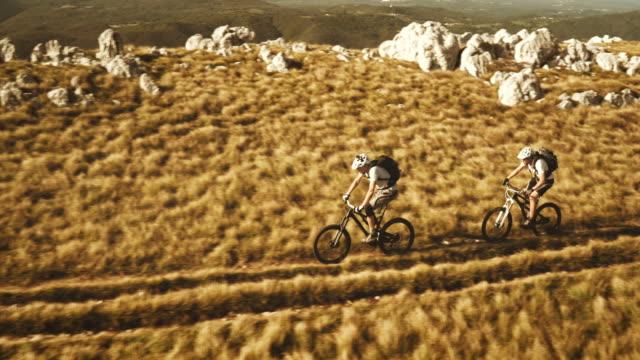 Toma cenital de ciclistas de montaña sobre el avión alta