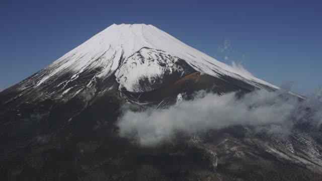 aerial shot of mt. fuji, japan - 峰点の映像素材/bロール