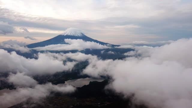 雲上富士山の空撮と日の出時間 、山梨河口湖 - 山梨県点の映像素材/bロール