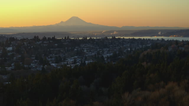 stockvideo's en b-roll-footage met aerial shot of mt.rainier and puget sound at sunrise - noordelijke grote oceaan
