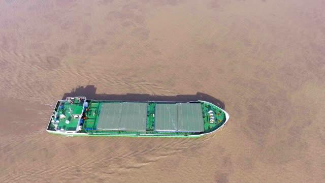 、バンコク、タイのチャオプラヤ川の航海船の空中ショット - nautical vessel点の映像素材/bロール