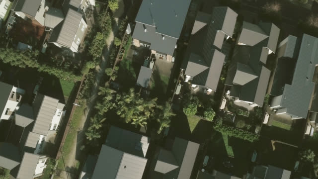 stockvideo's en b-roll-footage met aerial shot of new residential houses - uitzoomen
