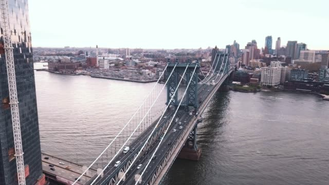 vídeos de stock, filmes e b-roll de aerial shot of new york city's manhattan bridge on an overcast morning - 4k - manhattan bridge