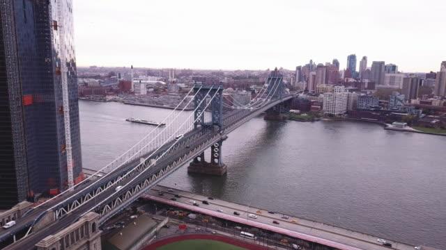 aerial shot of new york city's manhattan bridge on an overcast morning - 4k - 橋点の映像素材/bロール