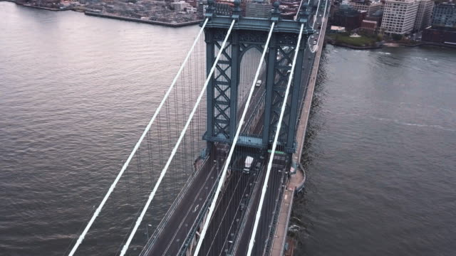 vídeos de stock, filmes e b-roll de aerial shot of new york city's manhattan bridge on an overcast morning. - manhattan bridge