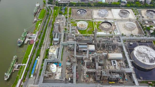 vídeos de stock e filmes b-roll de aerial shot of oil refinery - petroleum