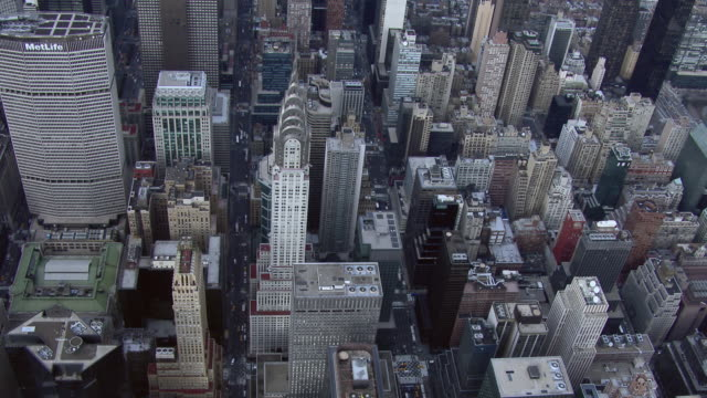 stockvideo's en b-roll-footage met aerial shot of one of manhattan's famous skyscrapers, the chrysler building. this art deco style building, built in 1930, is a national historic landmark. - torenspits