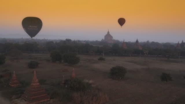 aerial shot of pagodas and hot air balloons in myanmar - südostasien stock-videos und b-roll-filmmaterial