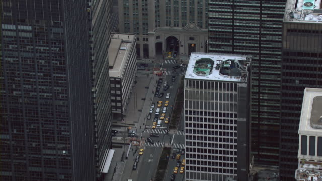 aerial shot of park avenue at the helmsley building in midtown manhattan. - 昼間点の映像素材/bロール