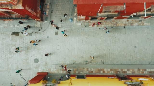 vídeos de stock e filmes b-roll de aerial shot of people walking in mexico - cityscape