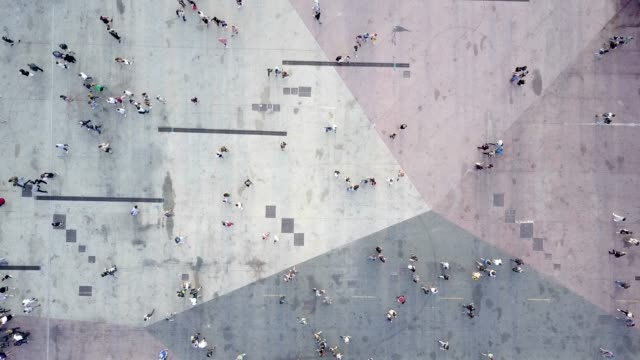 vídeos de stock e filmes b-roll de aerial shot of people walking - city