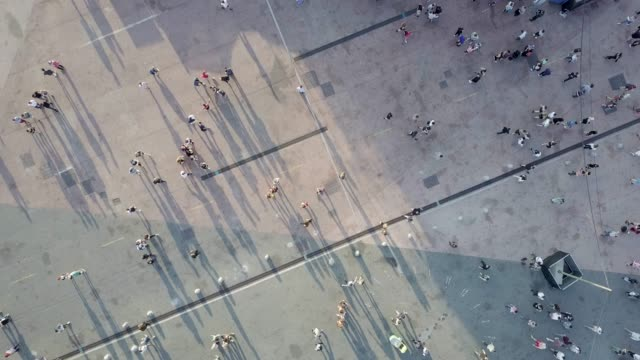 vídeos de stock e filmes b-roll de aerial shot of people walking - alfalto