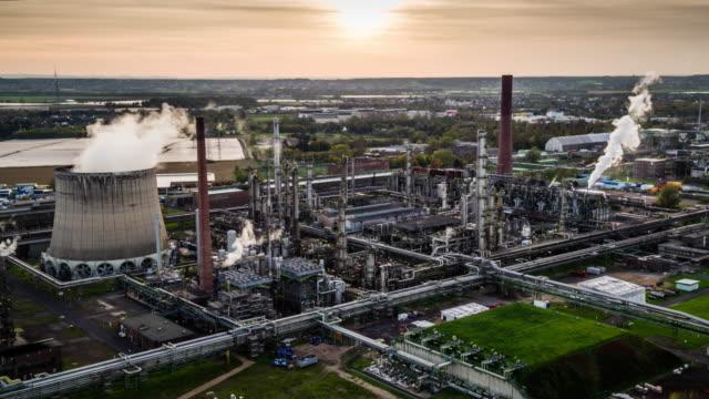 vídeos de stock e filmes b-roll de aerial shot of petrochemical oil refinery - fábrica petroquímica