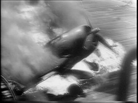 vídeos de stock, filmes e b-roll de aerial shot of planes on aircraft carrier / montage of fleet in ocean japanese bombers attacking damaged carrier billowing smoke flaming hellcat... - guerra do pacífico