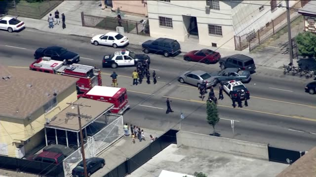 ktla aerial shot of police car chase during the day in los angeles on august 06 2012 in los angeles california - 逮捕点の映像素材/bロール
