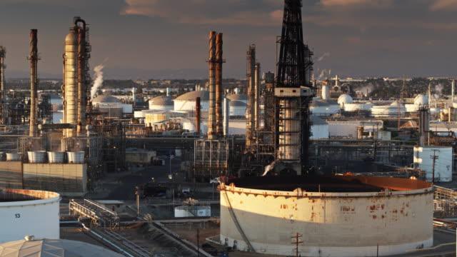 vídeos de stock e filmes b-roll de aerial shot of refinery in los angeles steaming gently - wilmington cidade de los angeles