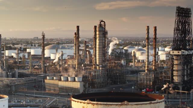 vídeos de stock e filmes b-roll de aerial shot of refinery surrounded by urban sprawl - wilmington cidade de los angeles