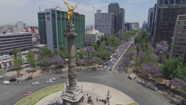 vídeos de stock, filmes e b-roll de aerial shot of reforma avenue and the angel de la independencia roundabout - monumento da independência paseo de la reforma