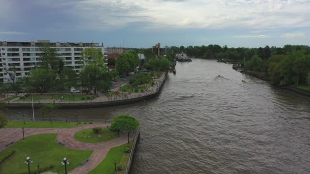 aerial shot of river in city against sky, drone flying backwards over water - tigre, argentina - bak och fram bildbanksvideor och videomaterial från bakom kulisserna