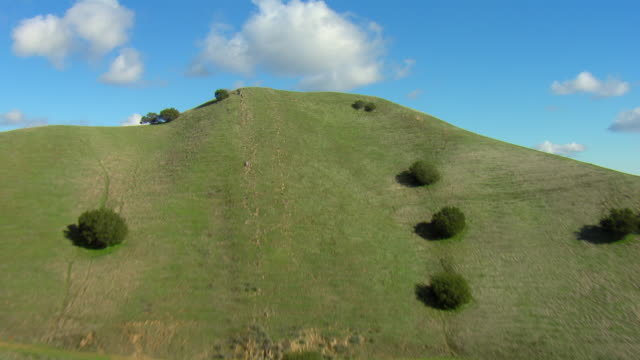 stockvideo's en b-roll-footage met aerial shot of rolling mountains - heuvel