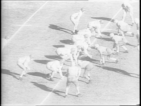 vídeos de stock e filmes b-roll de aerial shot of rose bowl in pasadena / shots of people in stands / pan shot of stadium / shots of tennessee and usc on the field playing including... - último quarto de tempo