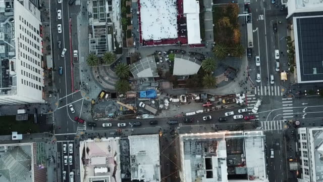 aerial shot of san francisco downtown streets and intersections full of cars and winter park in front of union square - winter点の映像素材/bロール