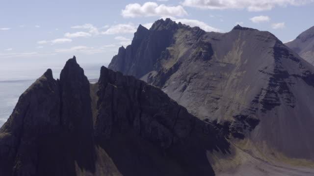 vídeos de stock e filmes b-roll de aerial shot of scenic majestic mountains against sky - southwestern iceland, iceland - pináculo campanário