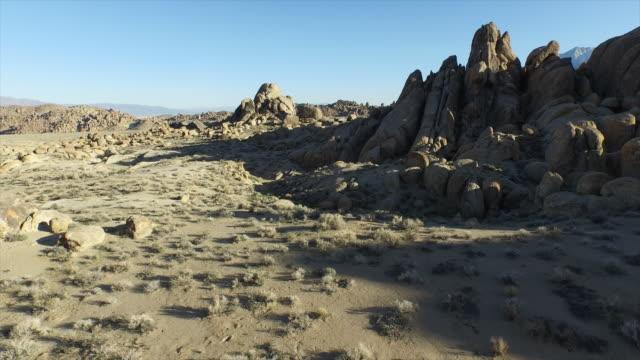 vídeos de stock, filmes e b-roll de aerial shot of scenic mountainous desert. - goodsportvideo