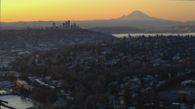 stockvideo's en b-roll-footage met aerial shot of seattle skyline and mt. rainier - noordelijke grote oceaan