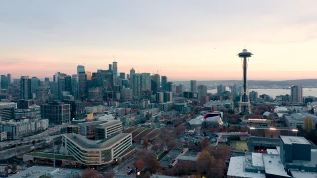シアトル・スカイラインの空中ショット - スペースニードル点の映像素材/bロール