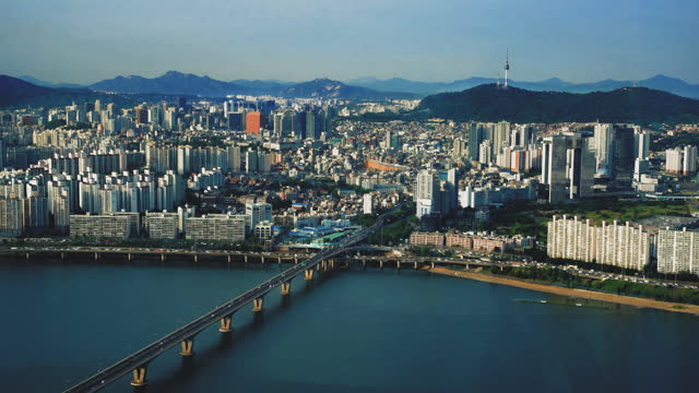 交通橋を持つソウルシティスカイラインとnソウルタワーの空中撮影、 韓国。 - 韓国点の映像素材/bロール