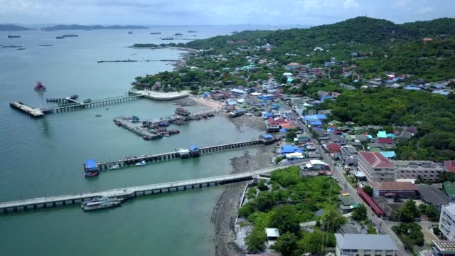 vídeos de stock e filmes b-roll de aerial shot of sichang island - aldeia de pescador