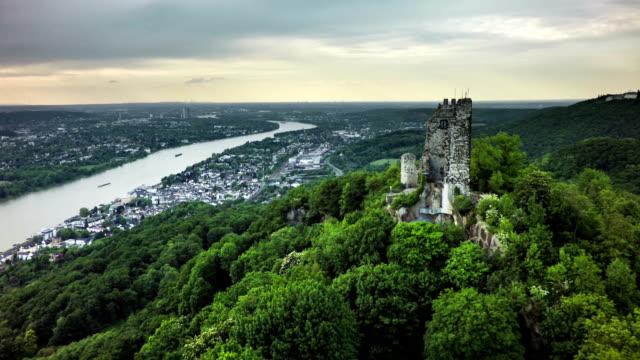 luftaufnahme von siebengebirge mit drachenfels - schlossgebäude stock-videos und b-roll-filmmaterial