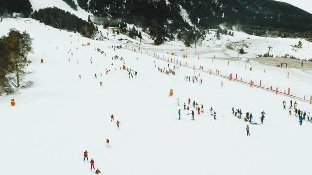 vídeos de stock e filmes b-roll de aerial shot of skiers - snowboard