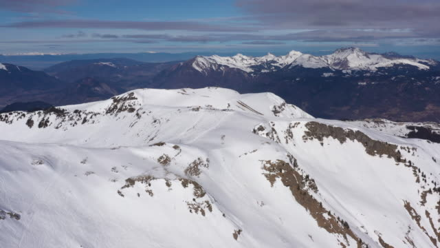 aerial shot of skiiers in the french alps - auvergne rhône alpes stock videos & royalty-free footage