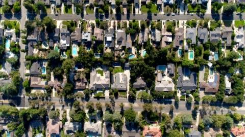 vidéos et rushes de tir aérien du quartier sud de la californie - stéréotype de la classe moyenne