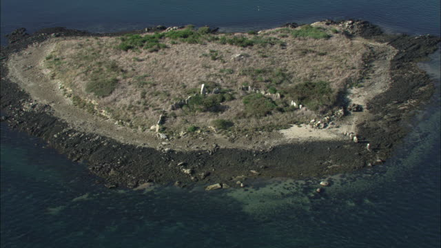 vidéos et rushes de aerial shot of standing stones on a small island in the gulf of morbihan.  - vestige antique
