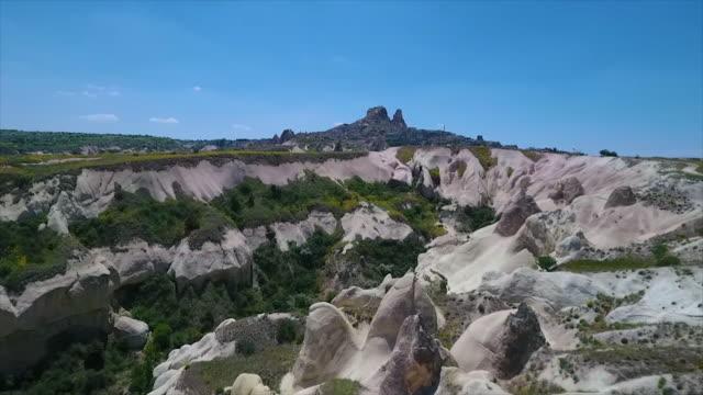 vídeos de stock e filmes b-roll de aerial shot of steep mountains along landscape - exposto ao ar