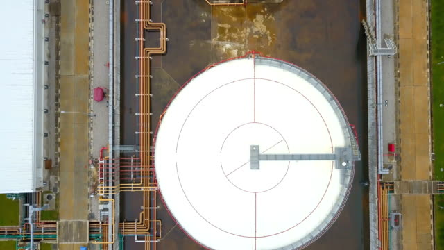 vídeos de stock e filmes b-roll de aerial shot of storage tanks at oil refinery or powerplant in asia - gás combustível fóssil