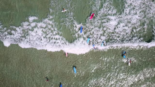 Photo aérienne de surfeurs