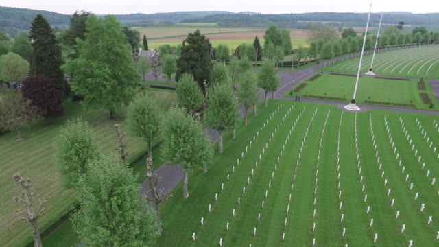 aerial shot of the aisne-marne american cemetery in france - denkmal stock-videos und b-roll-filmmaterial