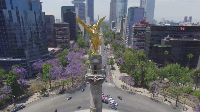 aerial shot of the angel de la independencia and reforma avenue - zoom out stock videos & royalty-free footage