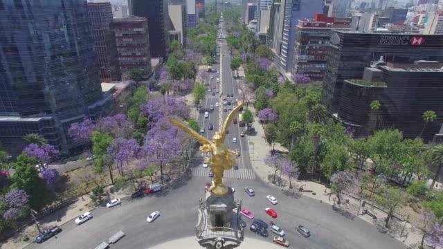 aerial shot of the angel de la independencia in reforma avenue, mexico city - angel点の映像素材/bロール