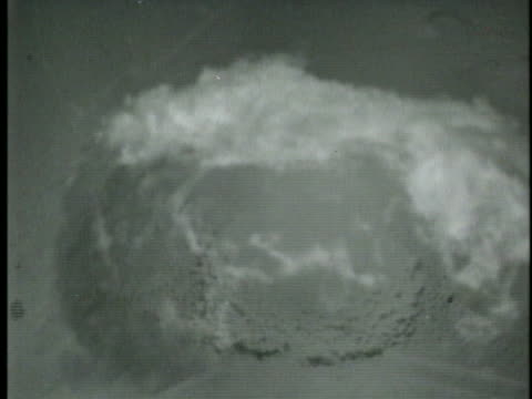 aerial shot of the atomic bomb dropped on hiroshima, august 6, 1945. - (war or terrorism or election or government or illness or news event or speech or politics or politician or conflict or military or extreme weather or business or economy) and not usa点の映像素材/bロール